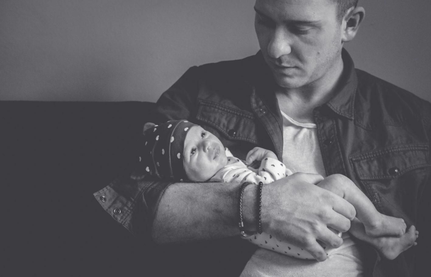 Newborn Lena mit ihrem Papa